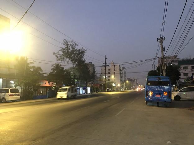 1月25日のヤンゴンの朝 チョイ寒いぞ (6)