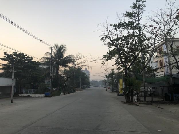 いつもより暗く感じる1月26日のヤンゴンの朝 (11)