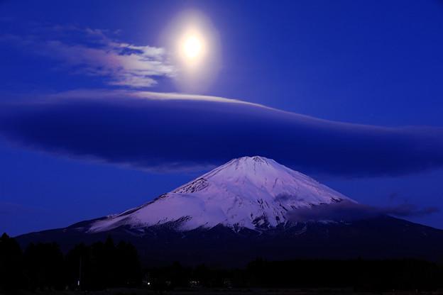 Photos: 月の楕円光環