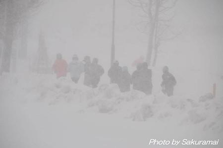 吹雪の中を走る