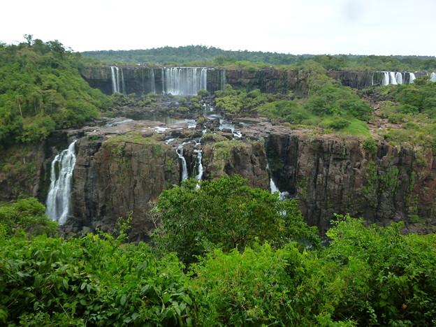 水が悲しいくらい少ないイグアスの滝