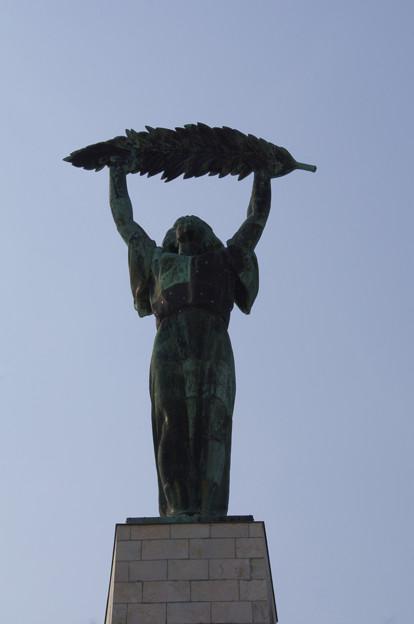 Photos: シュロの葉を掲げた女性像