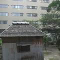 Photos: 鉄筋の建物に古風な家