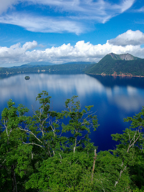 湖と映える青空