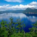写真: 湖と映える青空