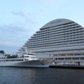 写真: ルミナス神戸2とオリエンタルホテル