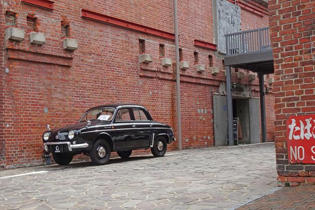 レンガ建物とクラシックカー