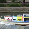 写真: 大川を行く
