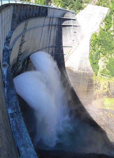黒部ダム02:放水