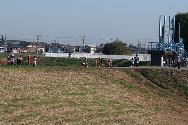 Photos: 河川敷遊歩道で遊ぶ・・