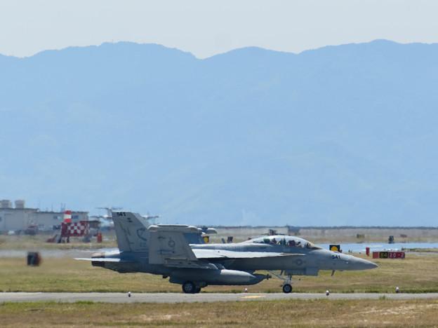 翼を畳み地上滑走するEA-18G