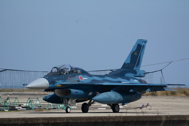 ハンガーへと帰還するF-2B