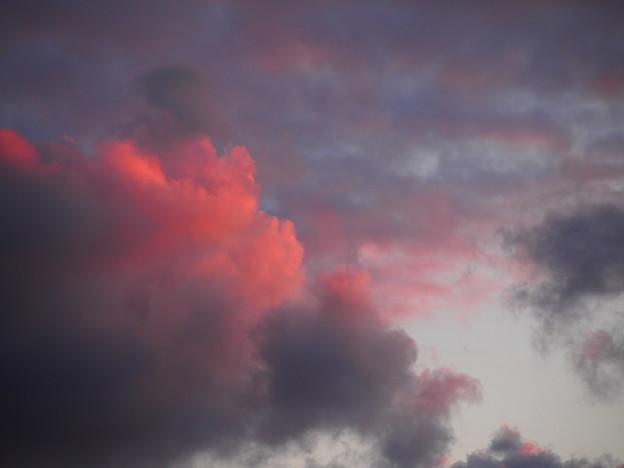 暗雲、赤く染まる。