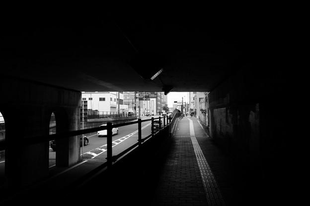 高架下の道