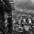 写真: 山間の工場