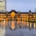 雨の東京駅前