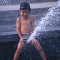 爆水(噴水にまたがる少年)