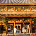 Photos: 夕日浴びる仁王門(1)