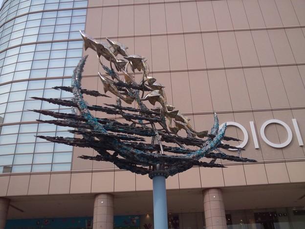 北千住のイルカの群れ像。