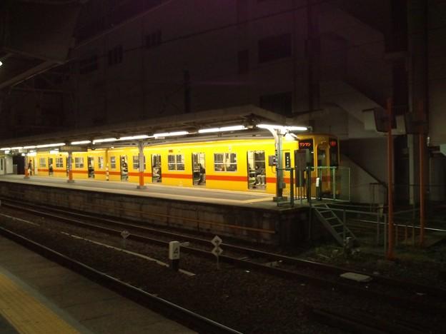 夜の西新井駅、大師線の黄色い電車。