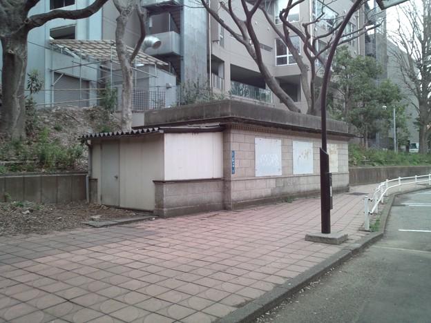 京成博物館動物園前駅出入口跡2。この辺にも通風孔があるので地下で電車が通ると音が響く