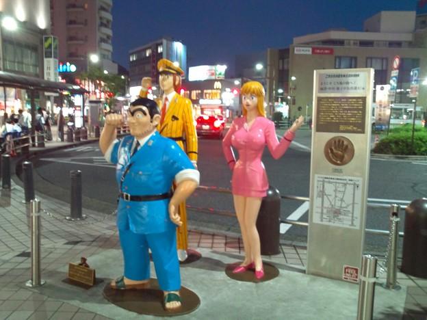 亀有駅前、こち亀像。夜なんで写り悪い。