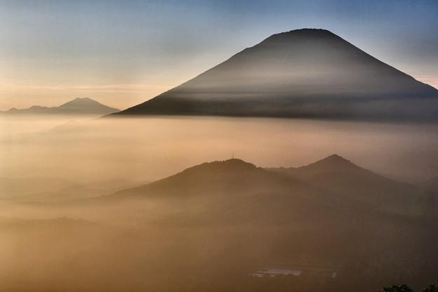 写真: 夕暮の雲海に浮かぶ羊蹄山 その3