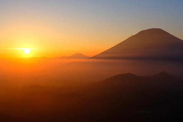 写真: 雲海に沈む夕日と羊蹄山 その2