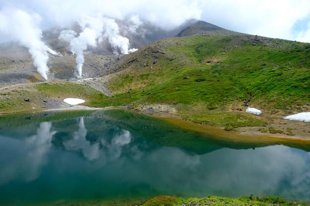 姿見の池より旭岳山頂を望む