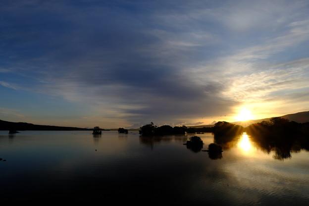 朝日に照らされる大沼公園