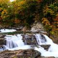 紅葉に染まる三段滝