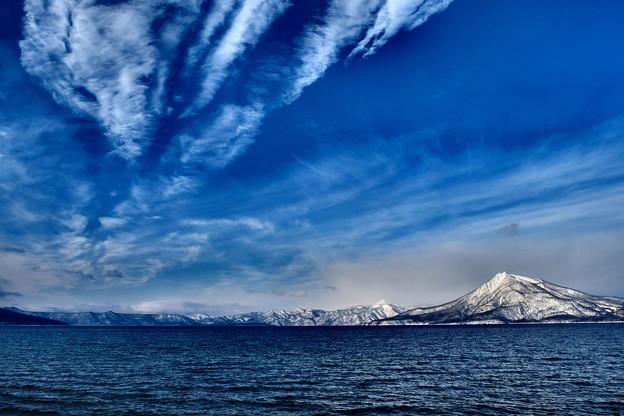 厳冬の支笏湖畔より恵庭岳を望む
