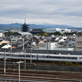 Photos: 東寺と681系