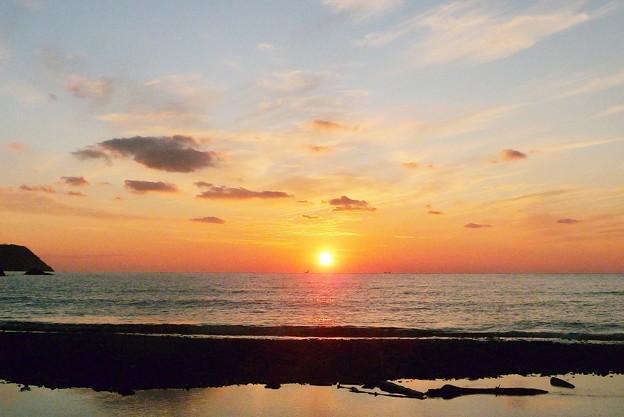 写真: 夕方に海辺を歩く