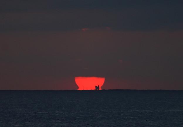 沖を行く船