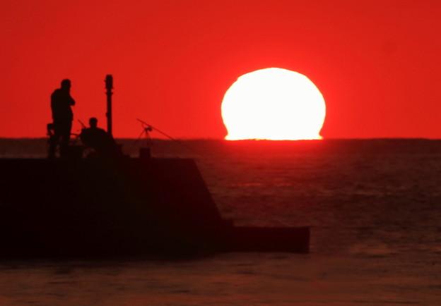 Photos: 夕陽と釣り人
