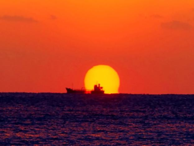 Photos: 沈みゆく夕陽と船