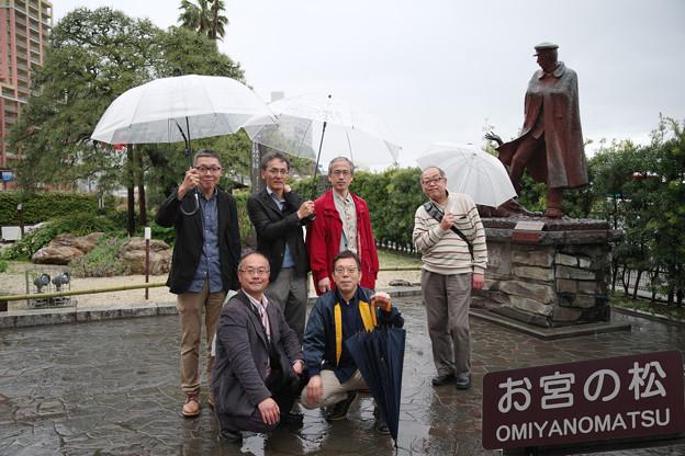 写真: 雨の中、観光