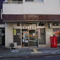 写真: こんな郵便局の前を通って