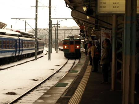 115系とSL奥利根号(水上駅構内)