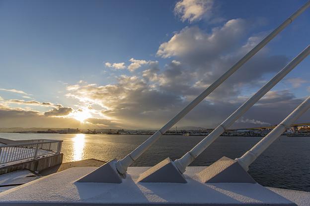 ワイヤーと海と朝陽