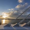 写真: ワイヤーと海と朝陽