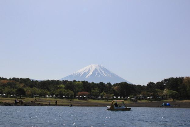 カヤックに乗って湖上から見る富士山