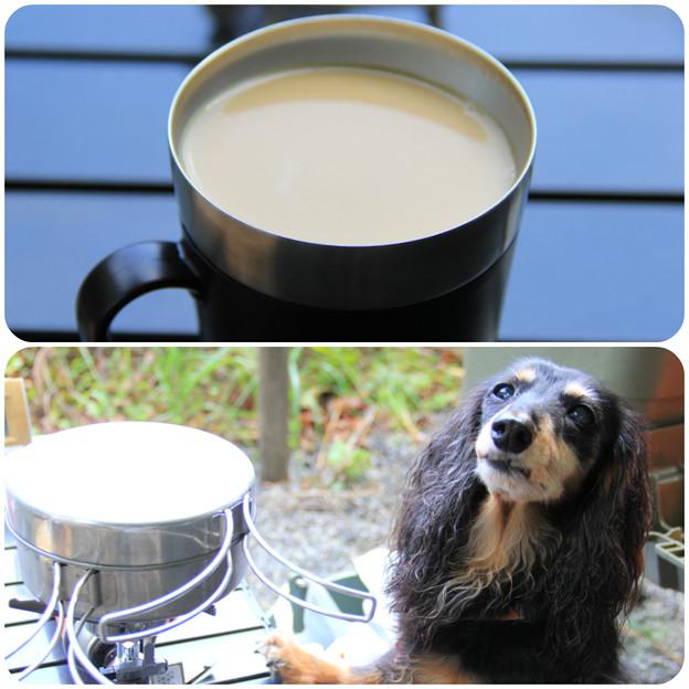 コーヒーを飲みながら朝食の準備