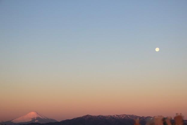 2021年1月30日朝6時45分_朝焼けの富士山とお月様