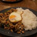 写真: ガパオ ガイ(鶏肉のバジル炒め 目玉焼きのせごはん)
