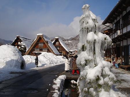 雪の白川郷と氷のタワー