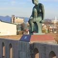 橋の上の坐像