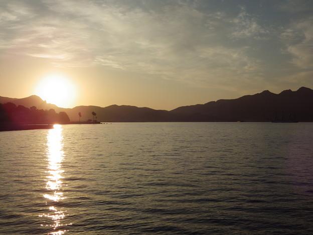 海王丸の憩う内海湾の朝