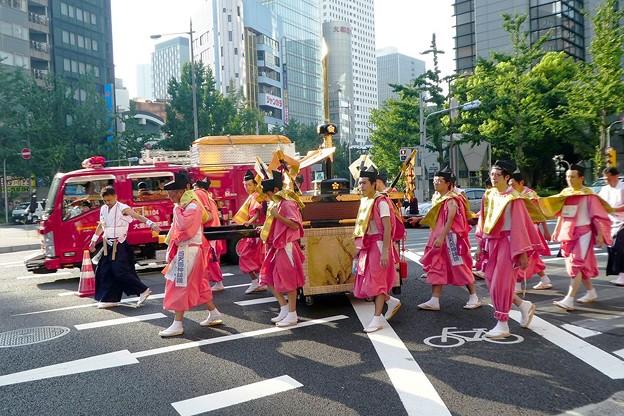 消防車と祭り行列